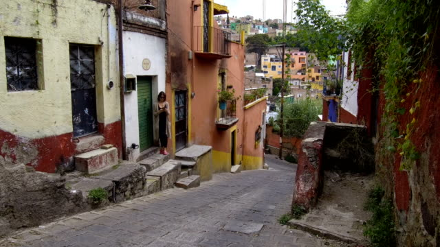 vídeos de stock, filmes e b-roll de vida cotidiana na américa latina - só uma mulher jovem