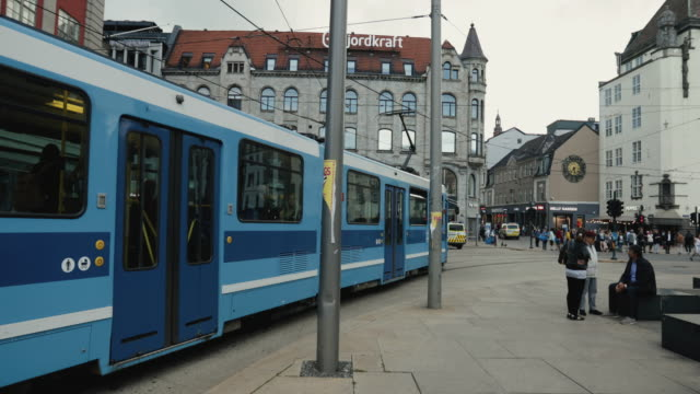 vídeos de stock, filmes e b-roll de everyday life in oslo, norway: late summer day in the center - tram