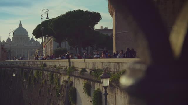 日常生活のローマ:夕暮れの観光をお楽しみください。 - テベレ川点の映像素材/bロール