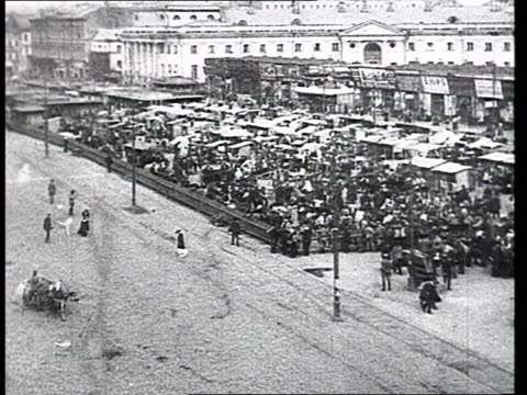 vidéos et rushes de everyday life sukharevsky market in moscow period of war communism misery civil war refugees handicapped persons marketplace crowdy streets line of... - 1918
