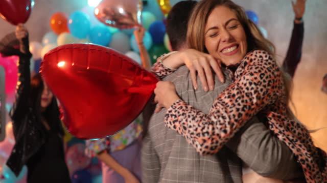 vídeos y material grabado en eventos de stock de todos los días es una fiesta contigo en ella - globo de helio