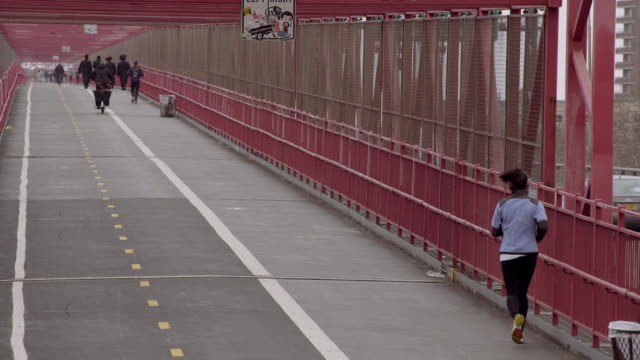 vídeos y material grabado en eventos de stock de everyone is going to brooklyn - corredora de footing