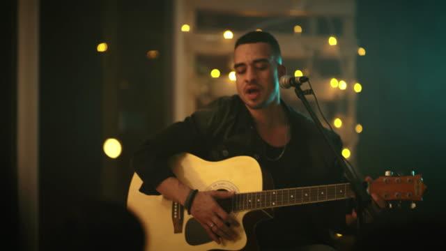 vidéos et rushes de tout le monde aime une chanson d'amour - guitare