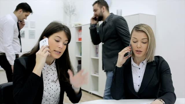 jeder spricht auf ihrem handy, zu beschäftigt tag im büro - intelligenz stock-videos und b-roll-filmmaterial