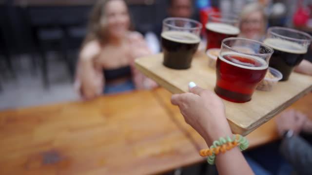 すべてのお祝いは、気分を設定するために冷たいビールに値します - 醸造所点の映像素材/bロール