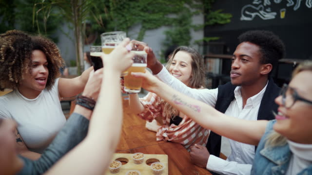 tutto ciò che celebra merita una birra fredda per creare l'atmosfera - happy hour video stock e b–roll
