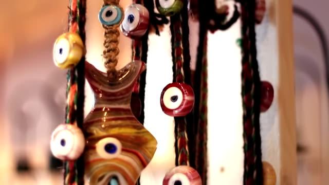 böse eye perlen - perlenschnur stock-videos und b-roll-filmmaterial