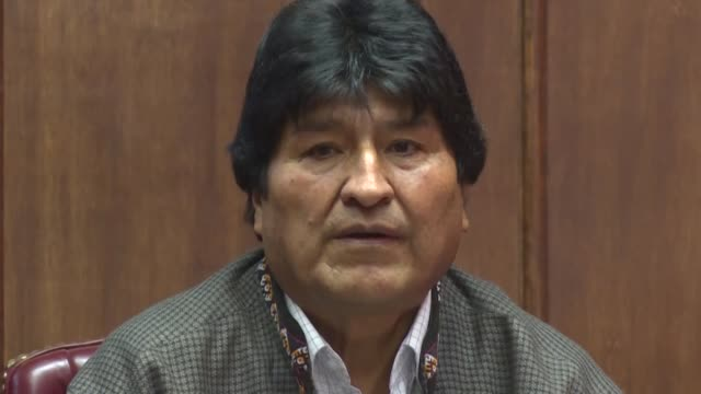 evo morales quien renuncio a la presidencia de bolivia presionado por las fuerzas armadas dijo el miercoles desde su exilio en mexico que la interpol... - azul stock-videos und b-roll-filmmaterial