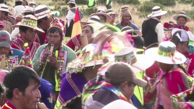 vídeos y material grabado en eventos de stock de evo morales recibio las fuerzas de los dioses andinos inti y pachamama en una ceremonia ancestral en el complejo ritual preincaico de tiwanaku antes... - jueves
