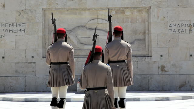 evzone ceremonial guards, changing of the guard in front of the tomb of the unknown soldier, syntagma sq, athens, greece, europe - honour guard stock videos & royalty-free footage