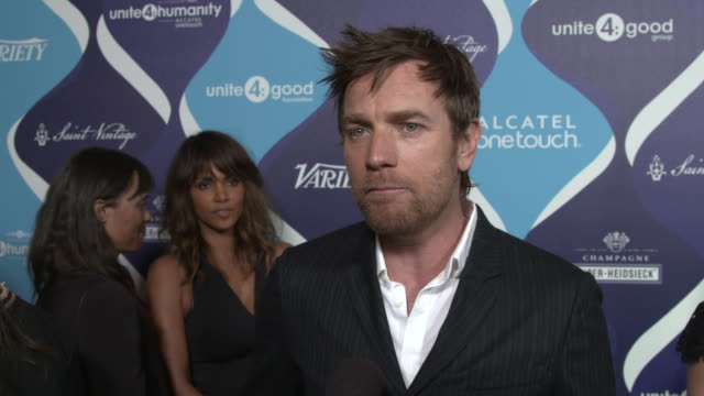 interview ewan mcgregor on how he feels about being honored for his philanthropic work why he thinks the entertainment industry can have an impact in... - オスカーパーティー点の映像素材/bロール