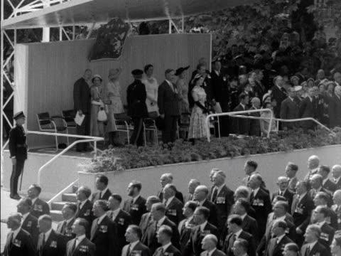 vídeos y material grabado en eventos de stock de ex service men and women march past the queen and prince philip during a ceremony in hyde park 1953 - plataforma de construcción