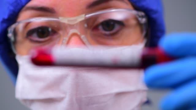 undersökning coronavirus covid 19 medicinska prover på kit nya koronavirus utbrott - ge bildbanksvideor och videomaterial från bakom kulisserna