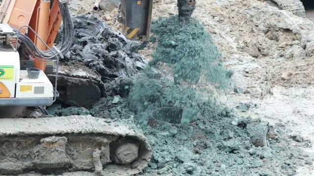 vídeos de stock, filmes e b-roll de escavadeira e pile driver plataformas de perfuração de máquina para estruturas de edifício de pé - pile driver