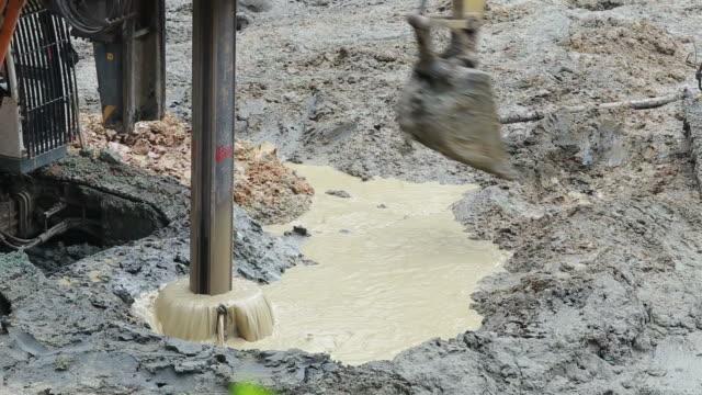 足場建築構造物の掘削機と杭打機掘削リグ - digging点の映像素材/bロール
