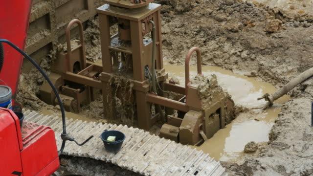vídeos de stock, filmes e b-roll de plataformas de perfuração de máquina escavadora e bate-estacas - pile driver