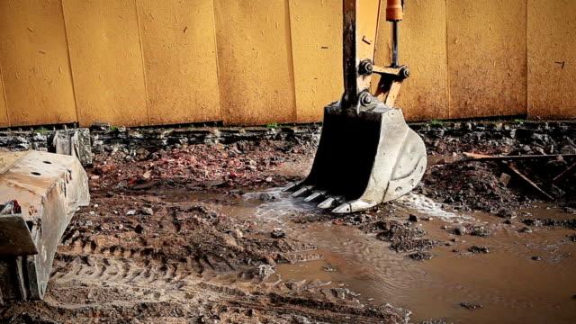 hd: excavator am arbeitsplatz - anhöhe stock-videos und b-roll-filmmaterial