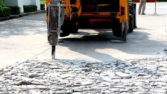 Excavator aufstellen und Bohrgeräuschen zu den konkreten road reparieren