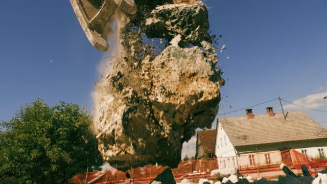 日差しの中でコンクリートの破片を粉砕 slo mo ショベル - 建設機械点の映像素材/bロール