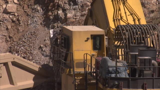 ms pan excavator dumping rocks into truck / victor, colorado, united states  - veicolo per costruzioni video stock e b–roll