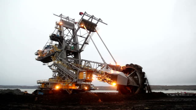 stockvideo's en b-roll-footage met excavator for digging coal - lopende band