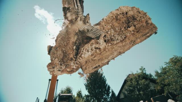 日差しの中で空気でブロックのコンクリートを破砕 slo mo ショベル グラップル - 状態点の映像素材/bロール