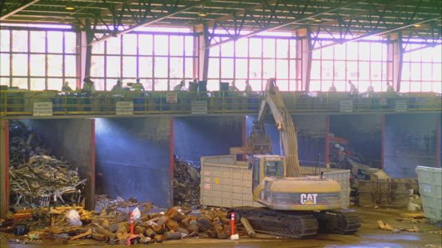 ws ha excavator machine at sorting pits below conveyor in recycling center, santa barbara, california, usa  - gemischte altersgruppe stock-videos und b-roll-filmmaterial
