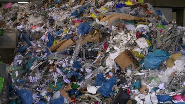 vídeos y material grabado en eventos de stock de excavator moving pila de residuos - manojo