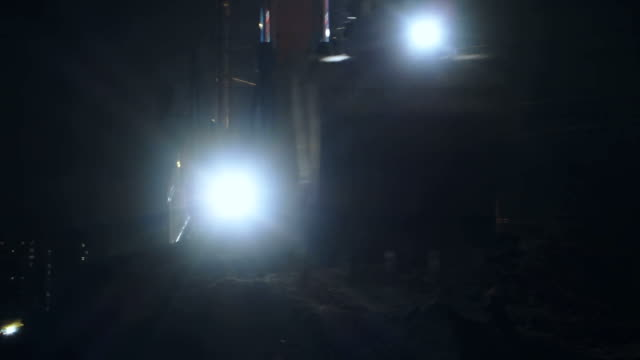 excavator auf einer baustelle bei nacht - bagger stock-videos und b-roll-filmmaterial