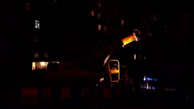 vídeos de stock, filmes e b-roll de excavator em um local de construção à noite - maquinaria de construção