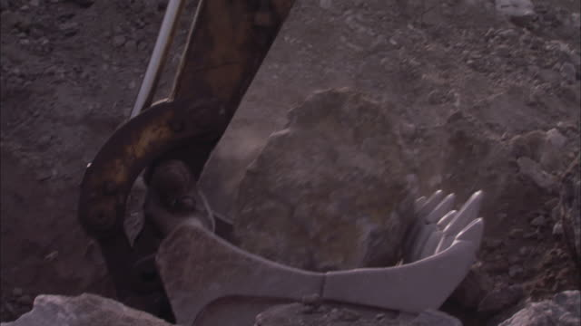 cu tu excavator use for digging and picking up boulder and drops in quarry / sicily, italy - 掘る点の映像素材/bロール