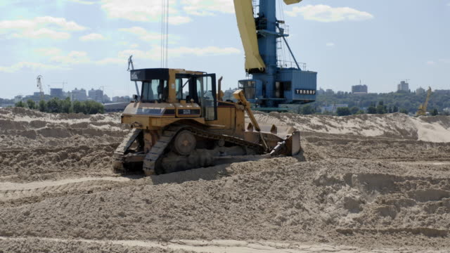 excavator vehicle loading sand - crane construction machinery stock videos & royalty-free footage