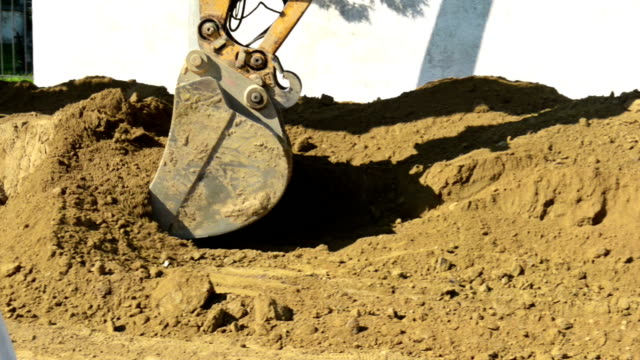 vidéos et rushes de excavator - reconstruction