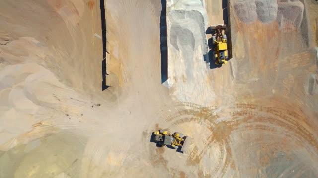 vidéos et rushes de travaux d'excavatrice dans l'usine d'asphalte, vue aérienne - en haut