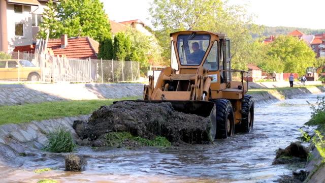 Excavator Arbeit in einem Fluss