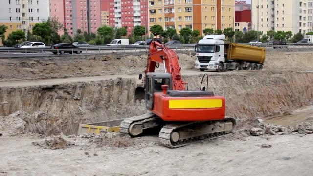 vidéos et rushes de excavator travaillant sur la route - digging