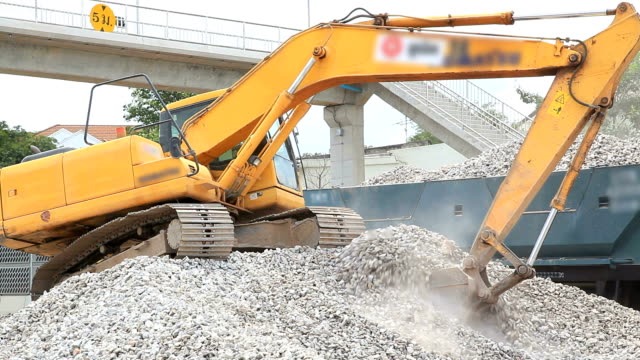 stockvideo's en b-roll-footage met excavator working - bouwmachines