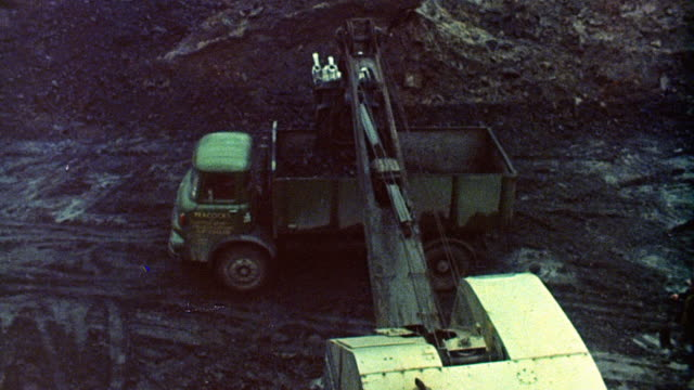 vídeos y material grabado en eventos de stock de 1976 montage excavators and dump trucks mining in a coal pit / selby, england, united kingdom - yorkshire