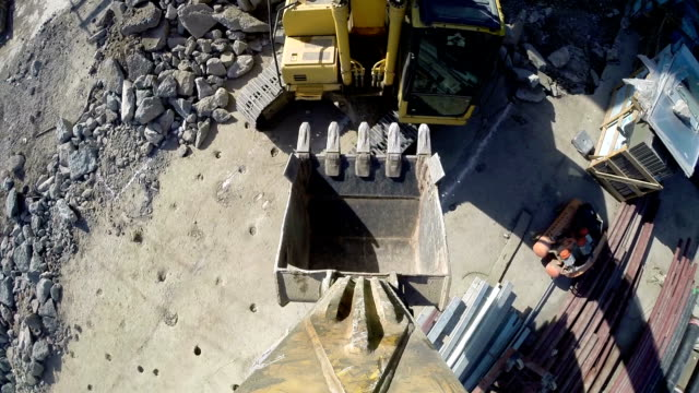 vidéos et rushes de excavators in construction site - creuser