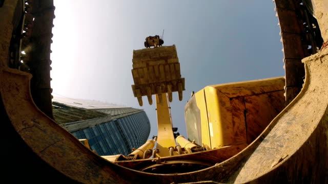 vídeos de stock e filmes b-roll de excavators in construction site - escavadora mecânica