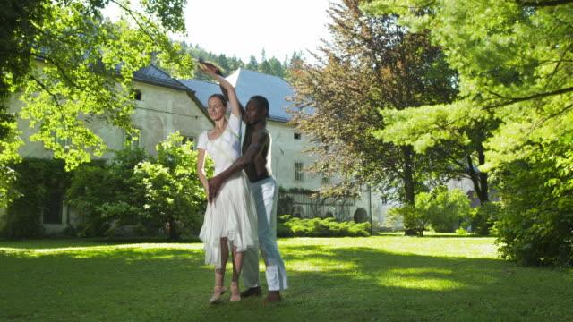 vídeos y material grabado en eventos de stock de dolly hd: ballet excelente rendimiento en el parque - de puntas