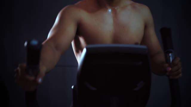 vídeos de stock, filmes e b-roll de fazer exercício academia de ginástica e clube de saúde - aparelho de musculação