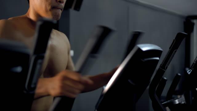 vídeos y material grabado en eventos de stock de excercising gimnasio del club de salud y gimnasio - paso largo