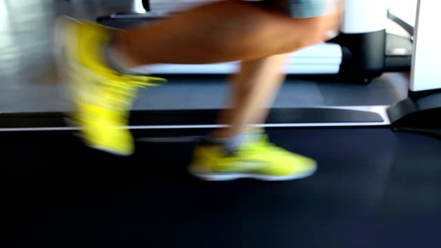 excercising laufband laufen gym fitness club - fitnessausrüstung stock-videos und b-roll-filmmaterial