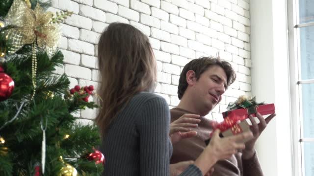 austausch geschenk in weihnachtsveranstaltung - austauschen stock-videos und b-roll-filmmaterial