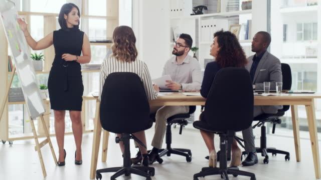 scambio di idee e piani nella grande sala riunioni - strategia di vendita video stock e b–roll