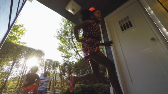 興奮してアフリカ系アメリカ人の家族が自宅に到着 - 建物入口点の映像素材/bロール