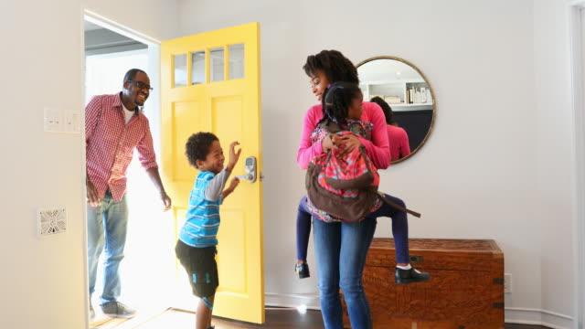 興奮してアフリカ系アメリカ人の家族が自宅に到着