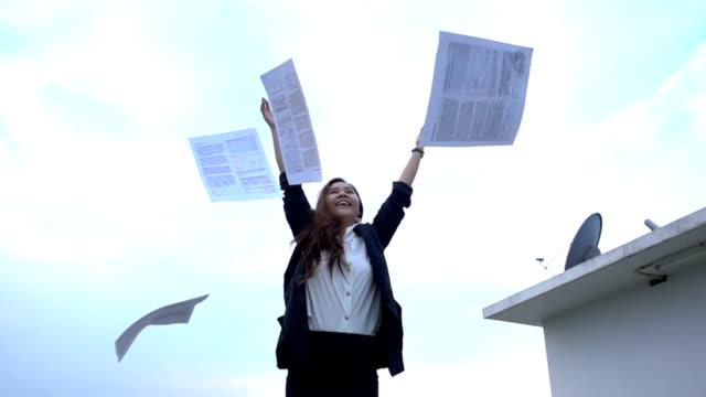 Opgewonden zakenvrouw papieren gooien in de lucht