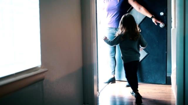興奮した子供たちと彼らのお母さんは家を出ます - 建物入口点の映像素材/bロール